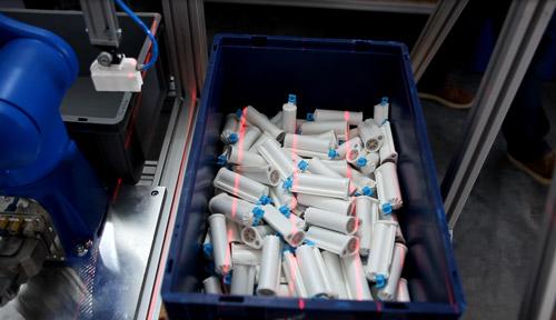 Kiste mit Werkstücken in Wirrlage für robotergestützte Entnahme und Teilezufuhr