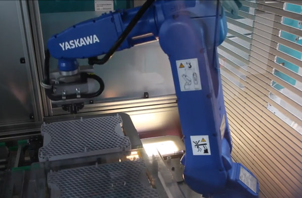 Roboter bei Teileentnahme aus Wirrlage und Einlage in Palette