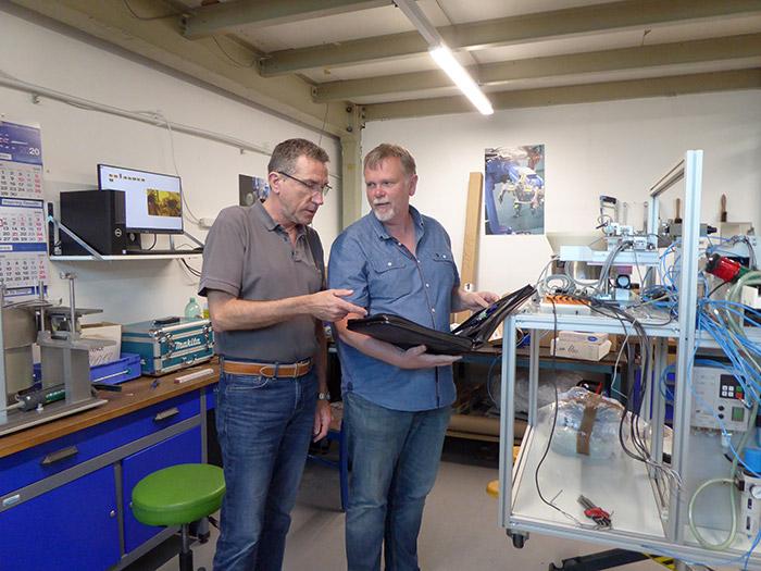 Karl-Heinz Klocke erklärt einem Kunden sein Konzept für die Anlage